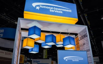 HIGH IMPACT ATTRACTIVE BACKLIT DISPLAYS Announce your presence from afar on trade show floor with our revolutionary PictureCube® system. Made with an aluminum structure that is barely visible and allows you to back-light your hanging signs. A backlit PictureCube® can also be an important component of your over island exhibit design.