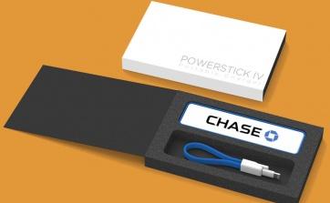 Le POWERSTICK IV est le dernier né de la famille des chargeurs POWERSTICKS. Il garde votre téléphone chargé quel que soit le moment et l'endroit avec sa batterie de 2300mAH. Le POWERSTICK est caractérisé par son design effilé et par sa finition douce de caoutchouc. 4 couleurs sont disponibles : noir, gris, rouge et turquoise. Il comprend aussi un chargeur USB. Les utilisateurs d'Apple peuvent utiliser leur propre câble ou ajouter un connecteur MFI d'Apple.