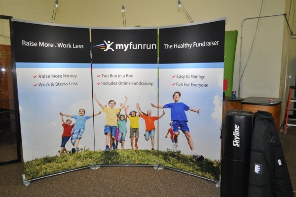 Curved backwall bannerstands, trade show solutions, Skyline Entourage