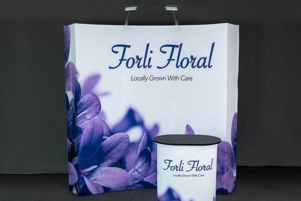 Forli Floral 10×10 curved immerse with portable case table, trade show solutions, Skyline Entourage