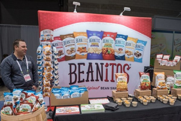 Beanitos 10x10 windscape backwall with product displays, Trade show solutions, Skyilne Entourage