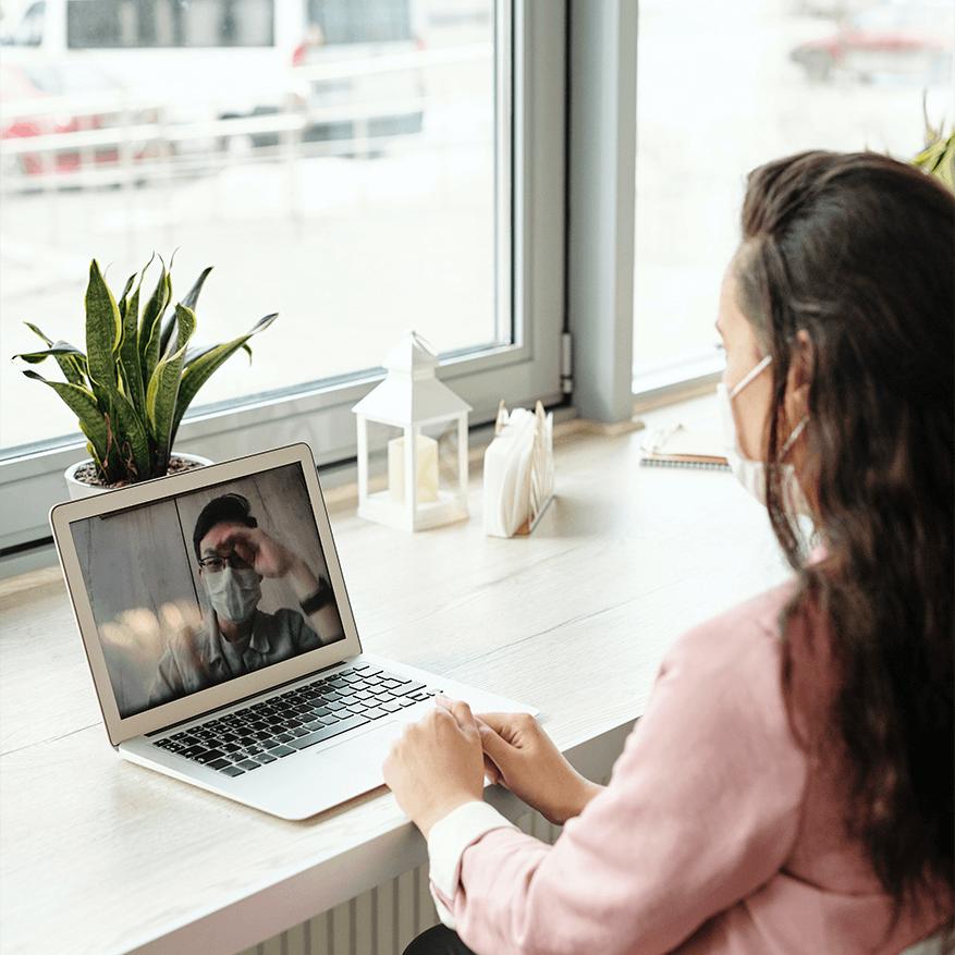 Femme avec une masque dans un appel vidéo, retour au travail après la covid19, solutions d'affaires, santé sécurity, Skyline Entourage