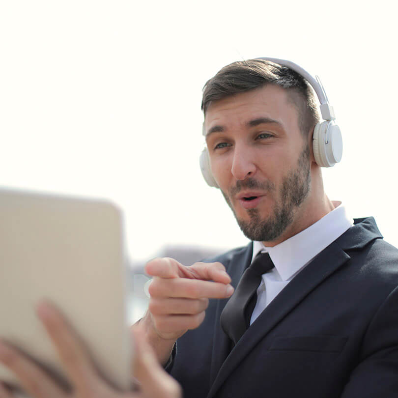 Man with tablet and headphones engaging with video call, trade show marketing, événement virtuel, Skyline Entourage