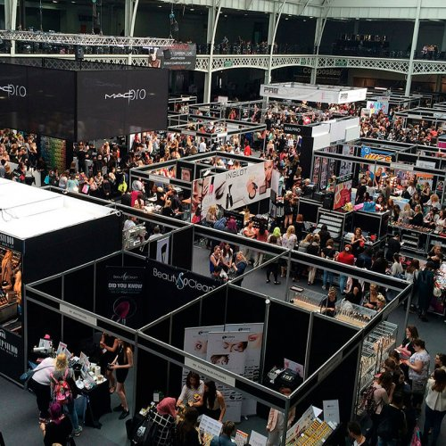 Overhead show of crowded trade show booths, trade show solutions, avenir des salons, Skyline Entourage