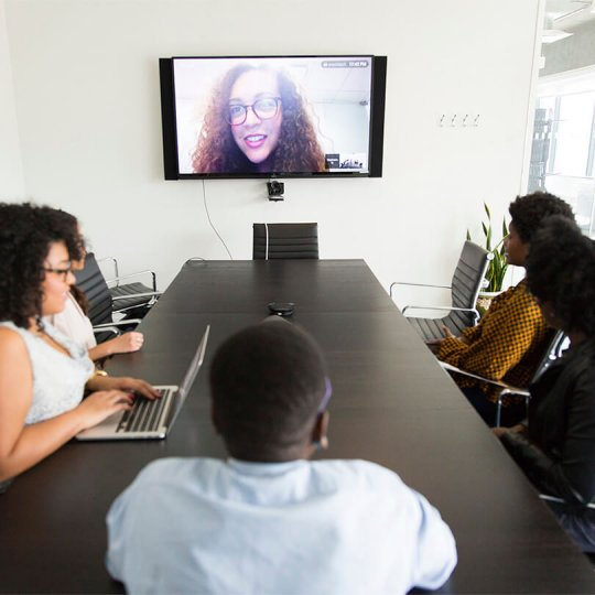 Conference call connecting via video call, virtual event solutions, événements hybrides, Skyline Entourage